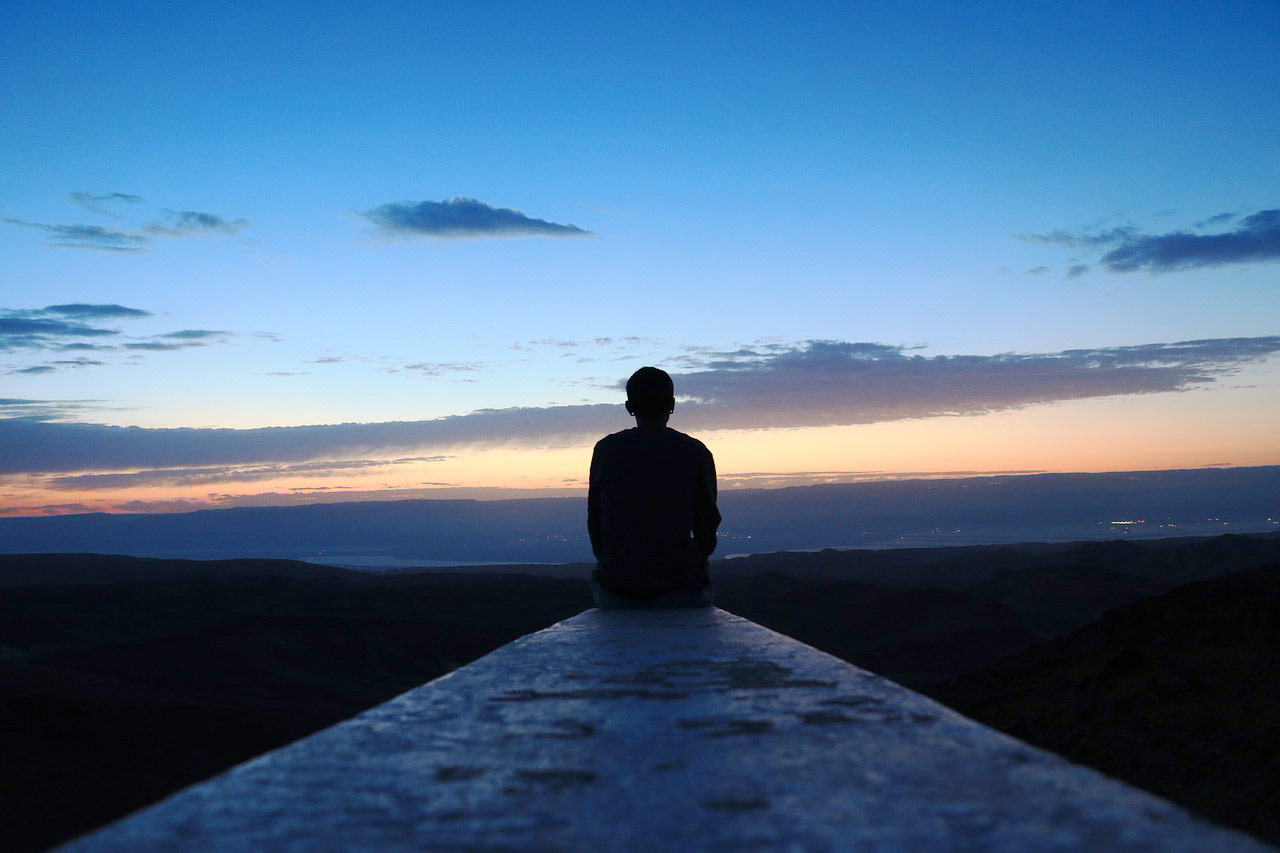 find a lcoal therapist by understanding yourself. A picture of a man looking into the distance of a peaceful skyline